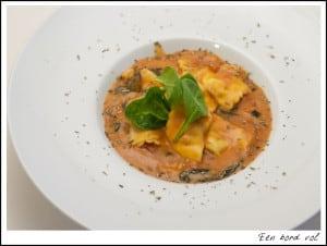 Een bord vol: romige tomaat-ravioli soep
