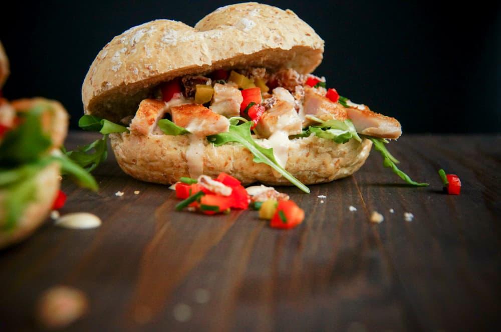broodje met kalkoen en ansjovis-tonijn sausje