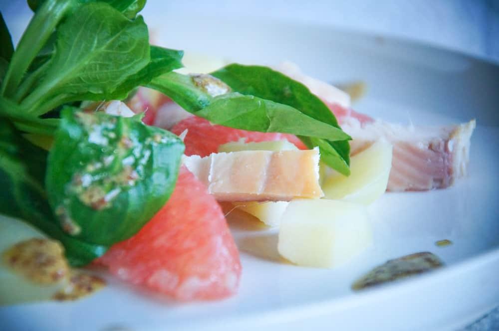 Salade met pompelmoes, aardappel en forel