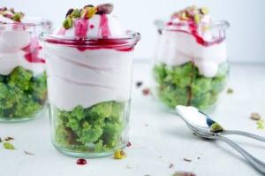 pistachecake met yoghurtcreme en granaatappelsiroop