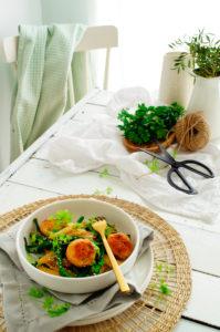 Roerbak-asperges met zalmballetjes