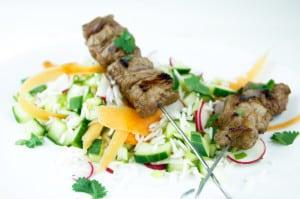 Gemarineerde steak sate met rijstsalade