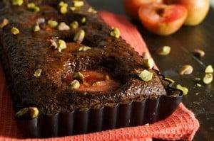 dubbele-chocoladetaart-met-pruimen-en-pistaches