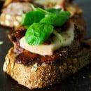 toast-met-steak-taleggio-zout-mierikswortelsaus