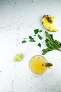 mocktails-met-ananas-sinaasappel-limoen-