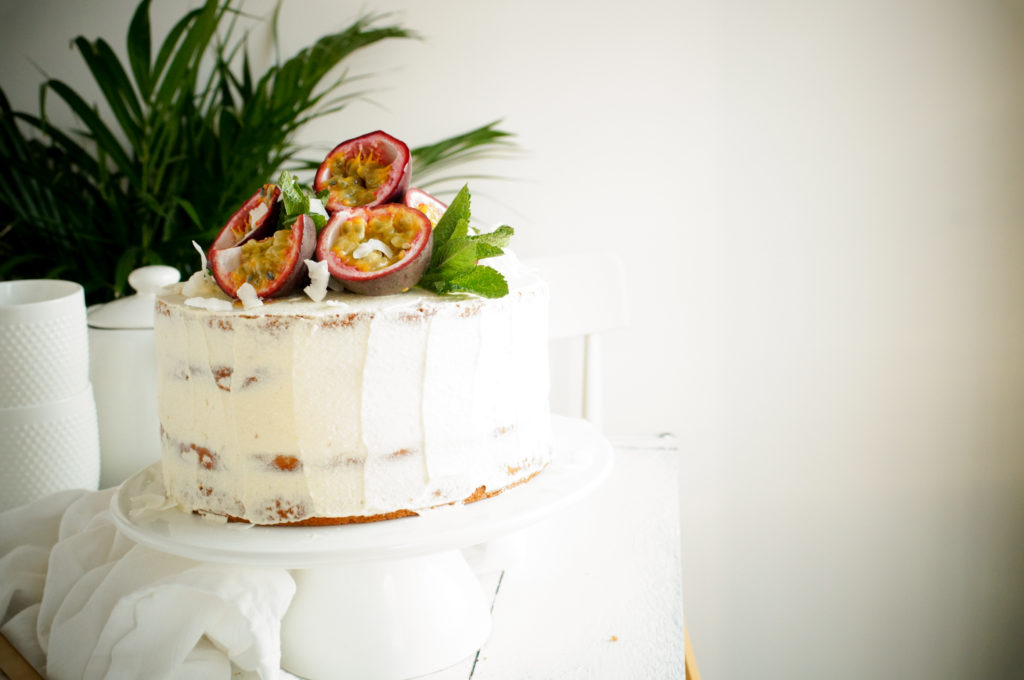 Cake met kokos, passievrucht curd & roomkaas glazuur