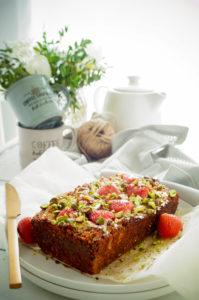 Havermoutcake met aardbeien en pistachenoten