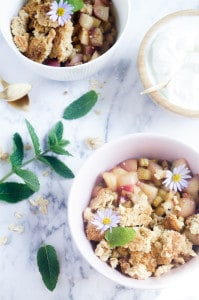 Havermout-Amandelcrumble met perziken, rabarber en gember