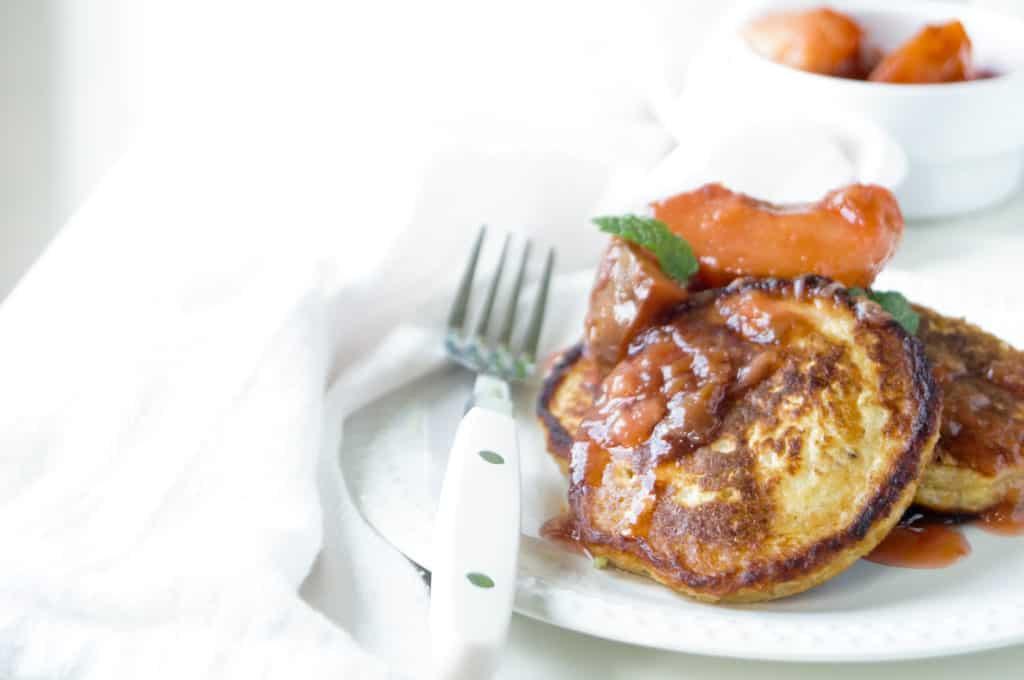 Ricotta-havermout pannenkoekjes met pruimen