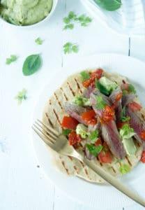 Platbrood steak avocadocreme chilisaus-1