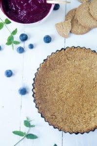 Taart met koekjesbodem en curd van blauwe bessen-1