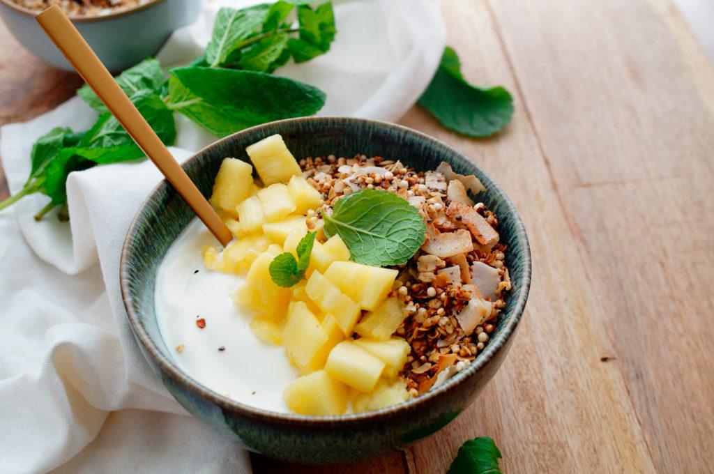 Ontbijt parfait met geroosterde ananas en kokos