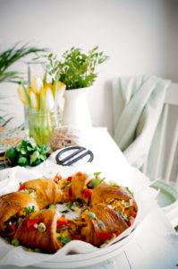 Croissant krans met roerei en spek