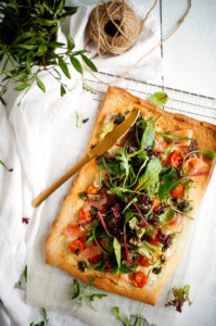 Pizza met zalm, kruidenkaas en peterseliepesto