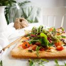 Pizza met zalm, kruidenkaas en peterseliepesto