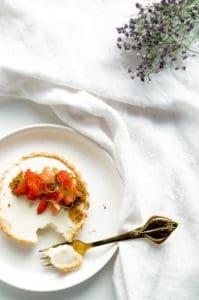 Yoghurt panna cotta met aardbeien en speculaas
