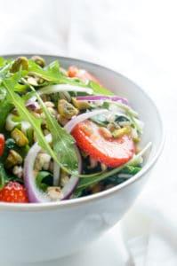 Salade met aardbeien, halloumi en rijst