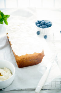 Cake met blauwe bessen en witte chocolade
