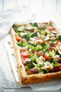 Plaattaart met worst, broccoli en tomaat