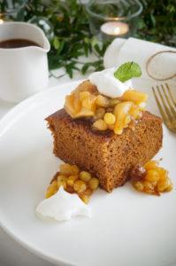Gingerbread cake met salted caramel en fruit compote