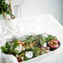 Salade met geroosterde pruimen, kip, burrata en bulgur
