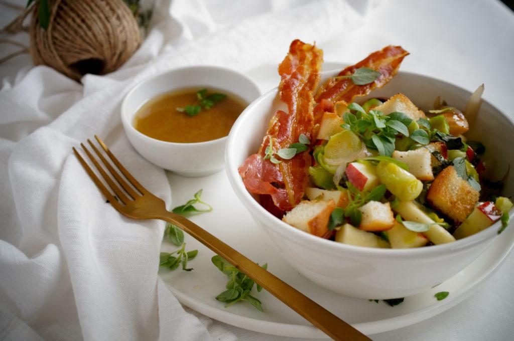 Panzanella met spruitjes, appel en spek