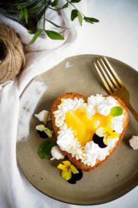 Amandelcakejes met passievrucht en botercrème