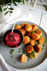 Falafel van bloemkool met rode bieten hummus