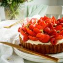 Frangipanetaart met pistache, frambozen en aardbeien