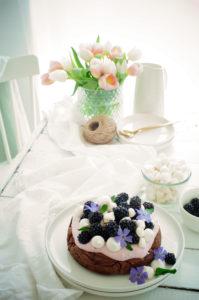 Brownietaart met mascarpone en bramen