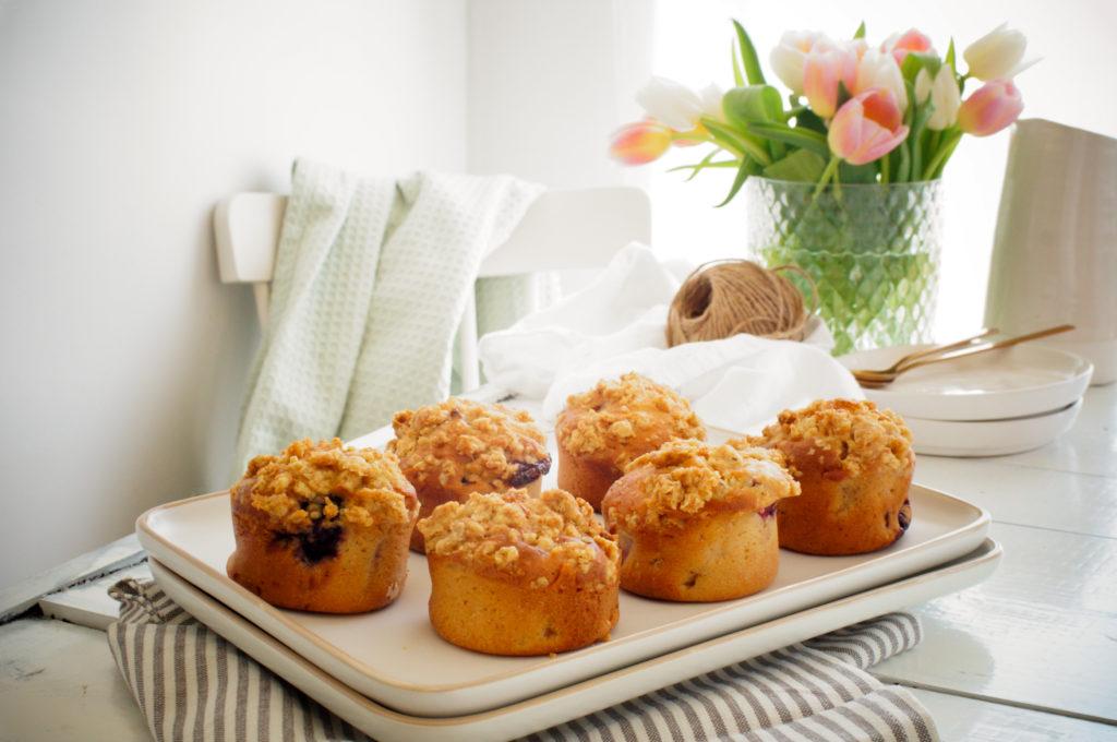 Muffins met rabarber, bramen en crumble