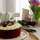 Polenta cake met citroen, vlierbloesem en blauwe bessen