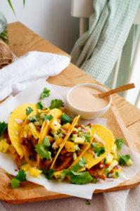 Taco's gevuld met varkenshaasje, komkommer-ananassalsa & chilisaus