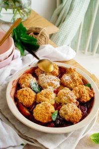Cobbler met rabarber en aardbeien