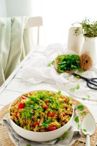 Pastasalade met spek, kerstomaatjes en avocadodressing