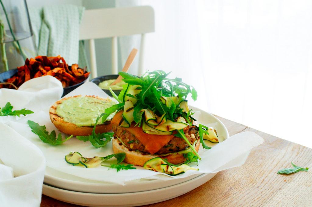 Hamburger met gegrilde courgette en avocadosaus