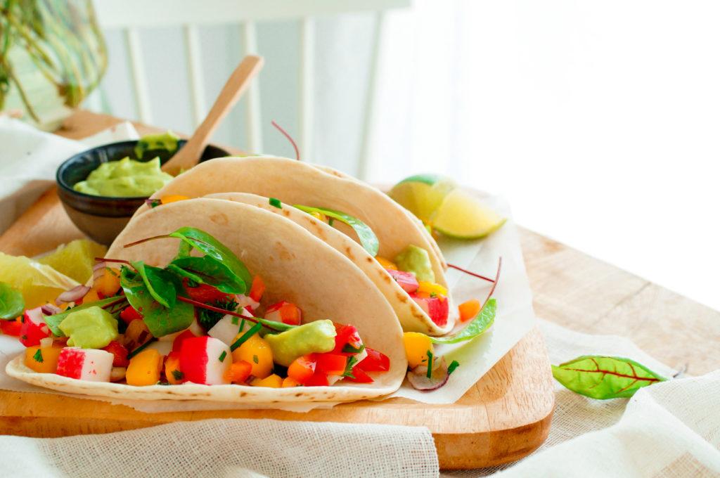 Taco's met surimi, mango en guacamole