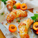 Croissants met perzik en abrikoos