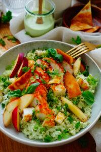 Salade met rijst, kip en halloumi