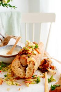 Hotdog met gekarameliseerde ui en koolsalade