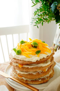 Meringue taart met hazelnoten, mango en citroen