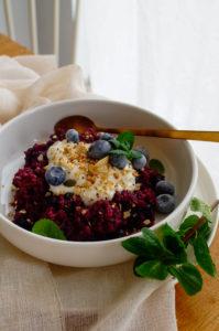 Bulgur ontbijt met granaatappel en blauwe bessen