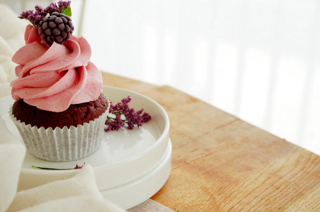Chocolade cupcakes met koffie en bramencrème