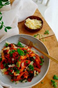 Pasta met chipolata, paprika en zongedroogde tomaten