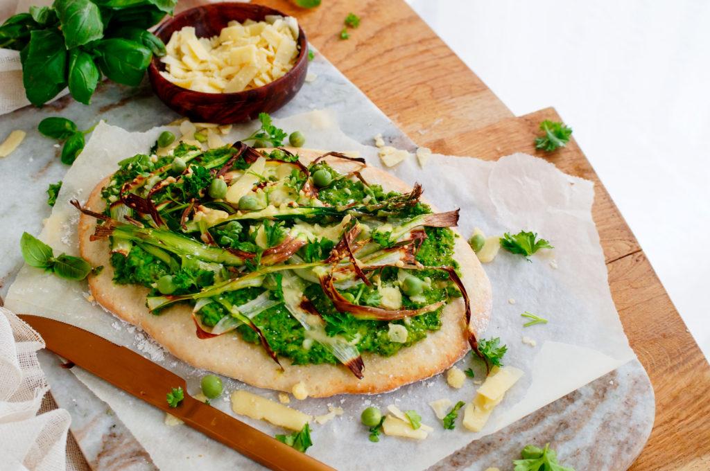 Pizza met asperges en erwtenpesto