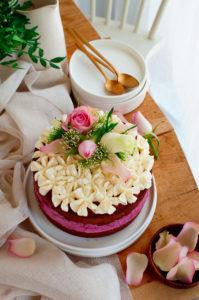 Gevulde cake met bessenmousse