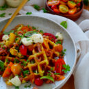 Aardappelwafels met garnalen en tomaat