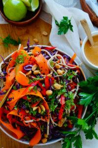 Noodle salade met gekarameliseerde kip