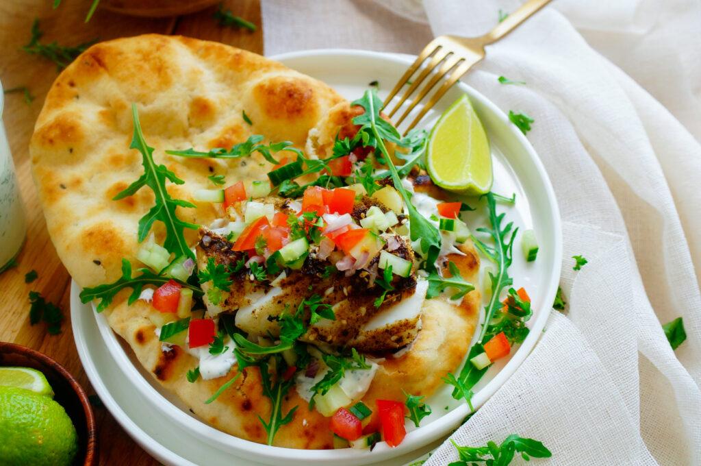 Pita met vis en looksaus