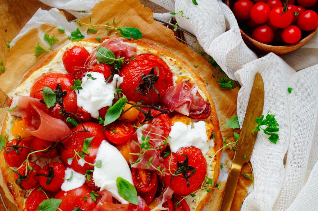 Pizza met tomaten